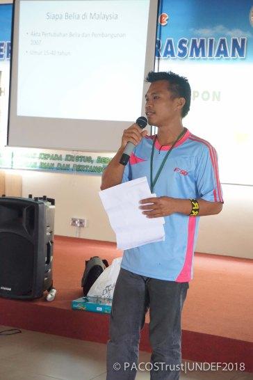 Yohanis Ali sedang memberikan sesi beliau yang bertajuk 'Peranan & tanggungjawab belia di dalam komuniti'