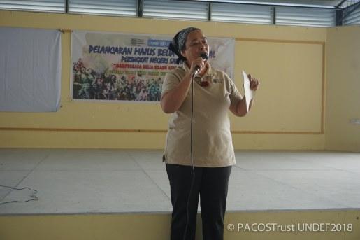 Puan Anne Lasimbang, selaku Pengarah Eksekutif PACOS Trust melancarkan Majlis Belia Orang Asal Sabah dengan jayanya.