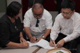 Penyerahan buku protokol komuniti yang dihasilkan oleh 5 buah kampung serta ditandatangani oleh mantan Hakim Mahkamah Tinggi Sabah & Sarawak & Hakim Besar Sabah & Sarawak