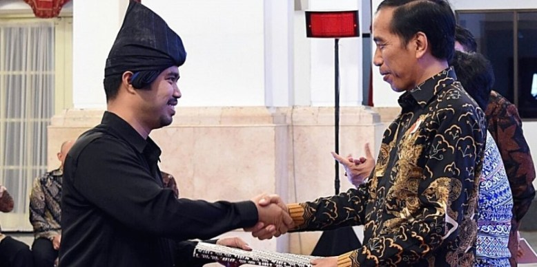 Andi-Buyung-Saputra-left-with-President-Joko-Widodo-4.jpg