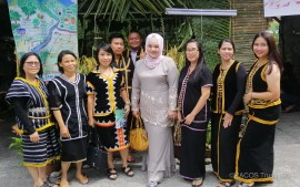 wakil zon Kinabalu bergambar bersama pengunjung