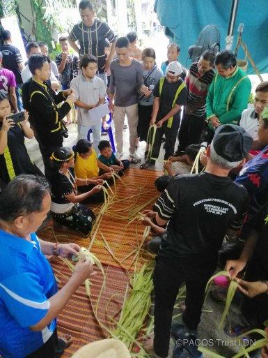 Pertandingan menganyam topi tradisi Orang Asli